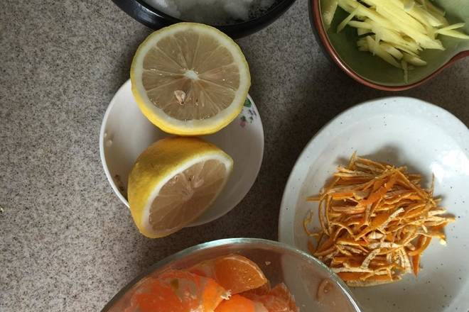 Home Cooking Recipe: Cut the orange crust into small pieces, and keep the skin of 2 oranges, wash and shred. Ginger shredded.