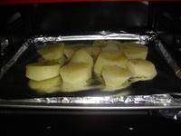 Home Cooking Recipe: Cut the potatoes into cubes and cook in boiling water for 10 minutes.