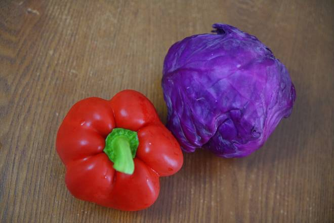Home Cooking Recipe: Cut the purple cabbage and the colored peppers, if you don't like raw food, you can fry them or boil them at the bottom.