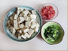 Home Cooking Recipe: Cut the tofu into 1cm square pieces, cut the beef into minced meat, chop the garlic