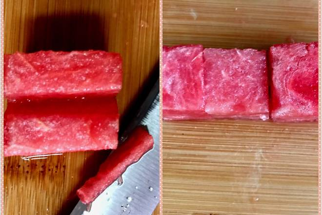 Home Cooking Recipe: Cut the watermelon into small squares and cut a groove on the small square of the watermelon.