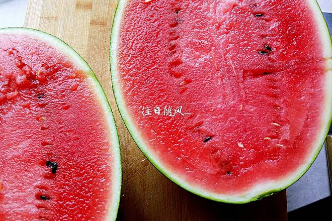 Home Cooking Recipe: Cut the watermelon longitudinally