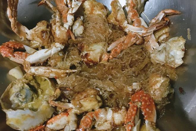 Home Cooking Recipe: Deep-fried crab oil, put in the stir fry, add seasoning (raw soy, a little salt, chicken), pepper, stir fry, anti-stick pan, add crab and stir evenly, pour into half bowl of boiling water