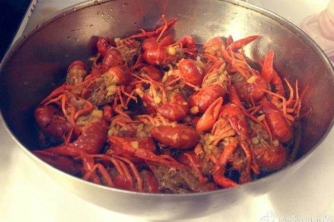 Home Cooking Recipe: Delicious garlic crayfish is out of the pan, is it delicious to pinch! This crayfish is relatively light in the lobster. It is suitable for you who can't eat spicy food, but you can't resist the heart that wants to eat crayfish!