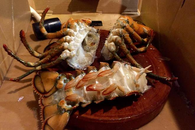 Home Cooking Recipe: Divided into 3 parts, 2 sides of lobster head, lobster tail and lobster pliers. The pliers part is knocked with a hoe, it is convenient to eat. It is also quick to cook when cooking.