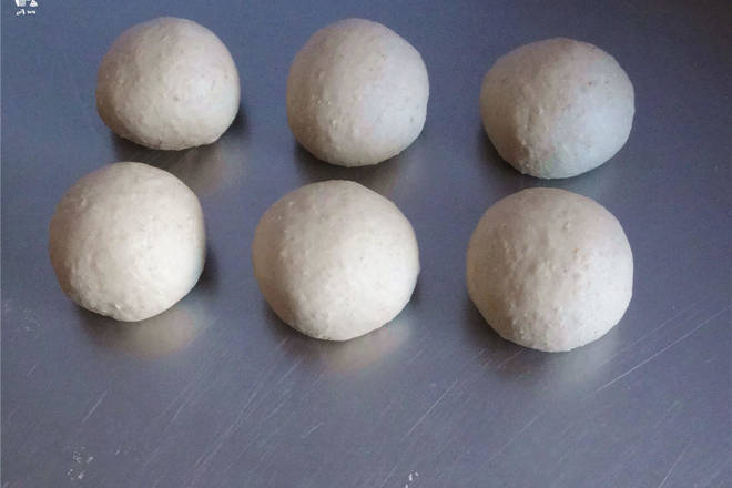 Home Cooking Recipe: Divided into small dough of about 80 grams each (I temporarily added an old face into it, so divided into six, if you do not add the old noodles, just five small dough) round the back of the wet cloth to relax for about 15 minutes