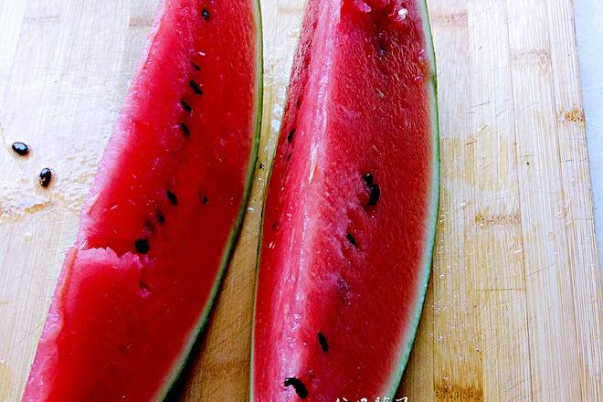 Home Cooking Recipe: Divided into two parts, which is one-eighth of watermelon.