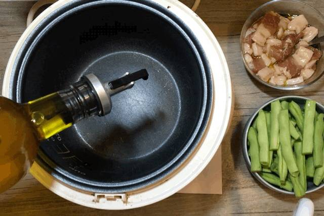 Home Cooking Recipe: Drain the oil, spread the whole pot, cover the lid, press the rice cooker