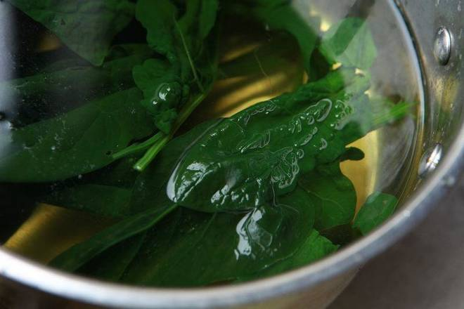 Home Cooking Recipe: Drain the spinach, remove it, pass the cold water, drain the water, and set aside.