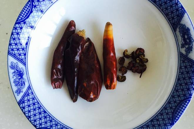 Home Cooking Recipe: Dried chili and pepper spare, dried chili can be cut into small pieces