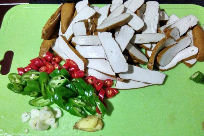 Home Cooking Recipe: Dried slices, pepper cut, garlic ginger chopped, a little garlic leaves cut (I forgot to buy)
