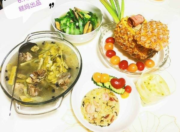 Home Cooking Recipe: Equipped with a large pot of black scallions and dried big bone soup, mushrooms and green vegetables, plus a cup of honey and passion fruit, it is a delicious little dinner! My son likes to eat just fine!