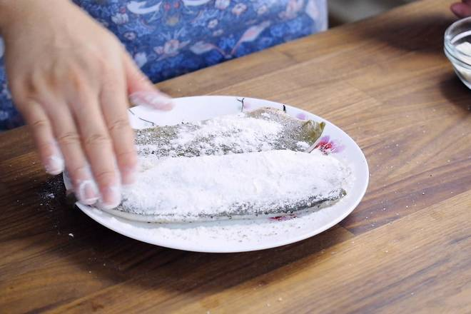 Home Cooking Recipe: Evenly apply a layer of flour