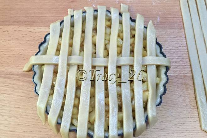 Home Cooking Recipe: Fill the dish with apple filling. Arrange the small strips evenly, then put a piece in the middle of the horizontal
