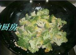 Home Cooking Recipe: Finally, add broccoli, add some salt, stir fry for about 1-2 minutes, then you can pan
