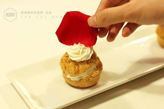 Home Cooking Recipe: Finally, squeeze a little cream on top of the puffs and put the rose petals to decorate and finish.