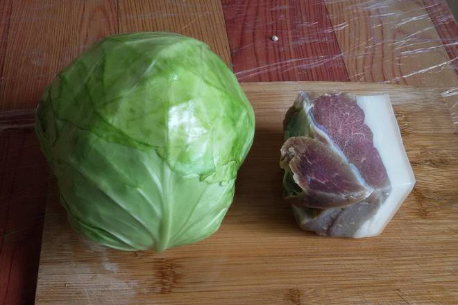 Home Cooking Recipe: First prepare a cabbage, a piece of bacon.