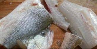 Home Cooking Recipe: Fish to the internal organs, wash the head and tail, then cut the fish into two and a half