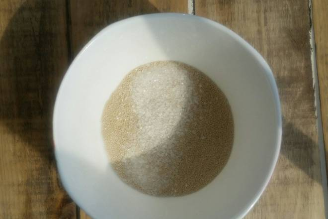 Home Cooking Recipe: Five grams of yeast powder and one spoonful of white sugar are placed in a small bowl.