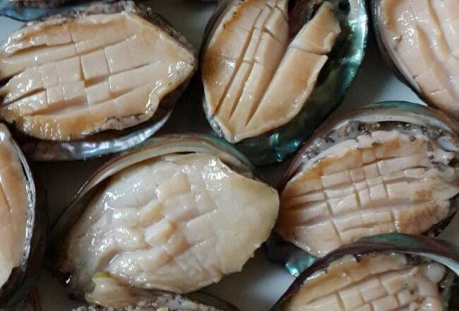 Home Cooking Recipe: Fresh abalone is cleaned and the cross knife is changed.