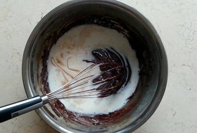 Home Cooking Recipe: Fresh milk and rum are mixed evenly and poured into the cocoa paste of Practice 3.