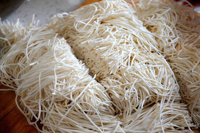Home Cooking Recipe: Fresh noodles are longer and can be cut from the middle.
