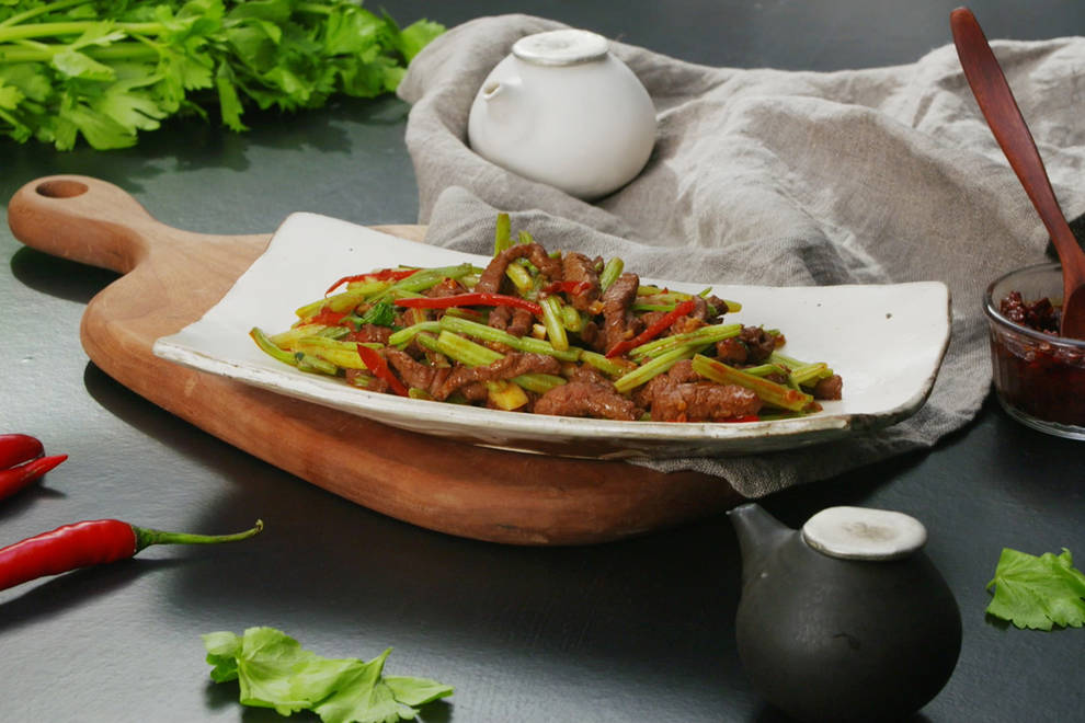 Home Cooking Recipe: Fried beef with celery, fresh and tender, there are three strokes