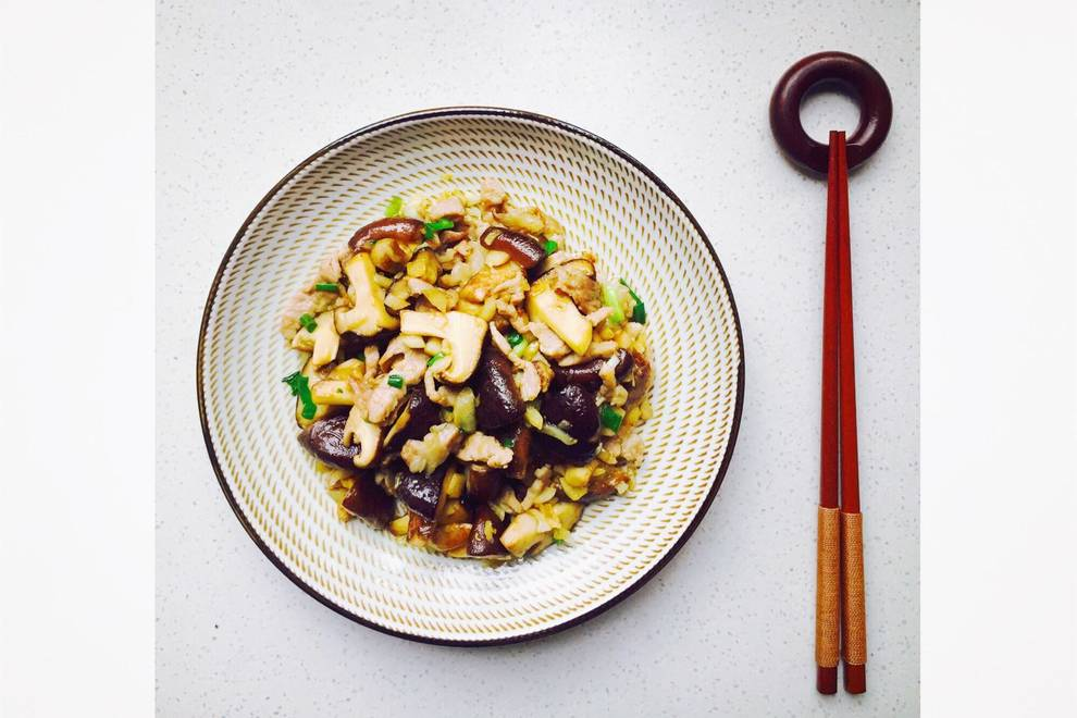 Home Cooking Recipe: Fried pork with garlic and mushrooms