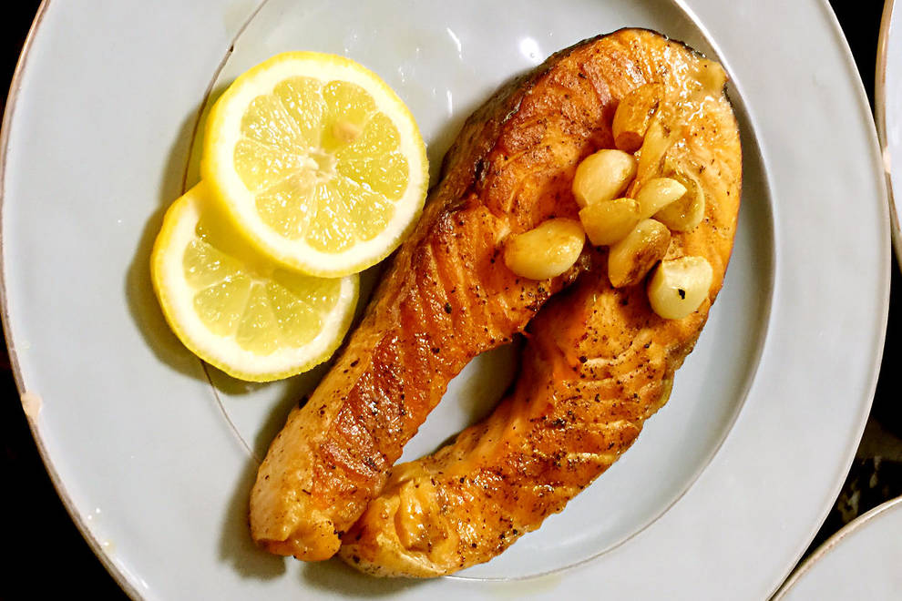 Home Cooking Recipe: Fried salmon steak with garlic