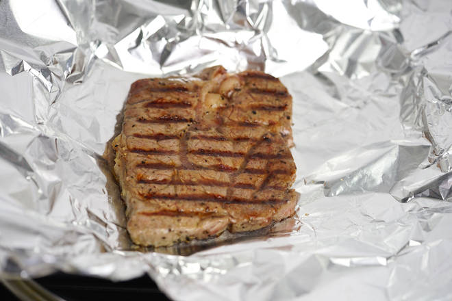 Home Cooking Recipe: Fried steak wrapped in tin foil for insulation