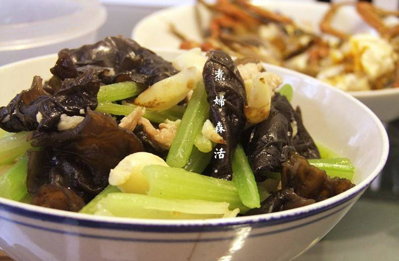Home Cooking Recipe: Fried stir-fried fungus celery lily