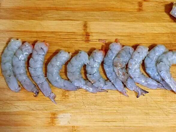 Home Cooking Recipe: Go to the head and peel it (do not throw the shrimp head), pick up the dirty things such as the shrimp line, cut a large section.