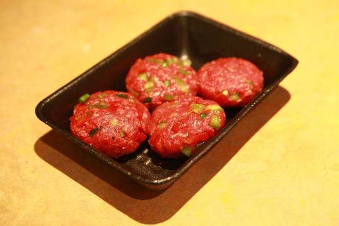 Home Cooking Recipe: Grab a quarter of minced meat with your hands, pour the minced meat into a meat ball, then beat it back and forth between the hands for about 50 times, then press into a round patties.