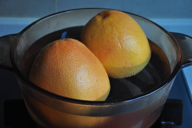 Home Cooking Recipe: Grapefruit is rubbed with salt to remove the wax on the peel. The whole is placed in hot water for 5 minutes and soaked for 10 minutes.