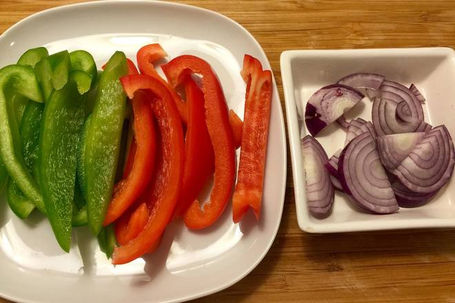 Home Cooking Recipe: Green and red pepper cut long strips, onion cut thick