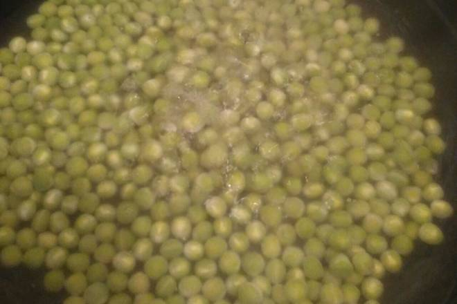 Home Cooking Recipe: Heat the hot water and pour in the peas for a few minutes.