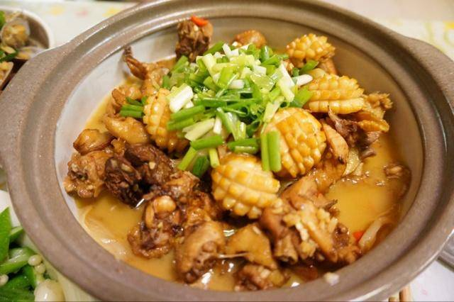 Home Cooking Recipe: Heat the oil in the hot pot, and sauté the diced green onion in the lower part of the ginger. Then the chicken is sautéed to a slight golden yellow. Then the abalone is stir-fried and the amount of salt is sautéed.