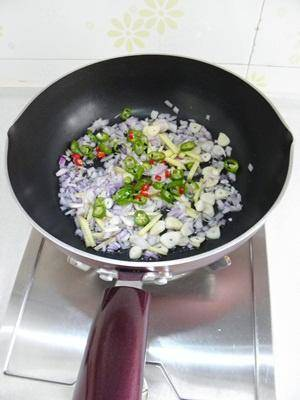 Home Cooking Recipe: Heat the oil in the pan and add ginger, garlic, onion, Thai pepper and green pepper (the pepper and green pepper are only 1/3), stir-fry the scent.