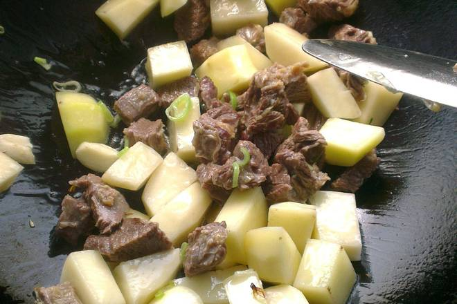 Home Cooking Recipe: Heat the oil in the pan, sauté the onion, ginger and garlic, and sauté the potatoes and beef for a while.