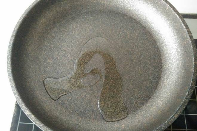 Home Cooking Recipe: Heat the pan and put a proper amount of oil, then brush it open, and brush the bottom of the pan.