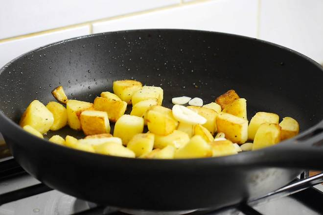 Home Cooking Recipe: Heat the pan over the heat, pour in the olive oil, stir fry the potatoes.
