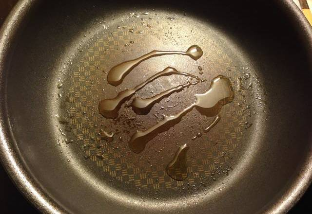 Home Cooking Recipe: Heat the pot and pour a little oil. Because there is oil in the salt, there is not much oil needed here.