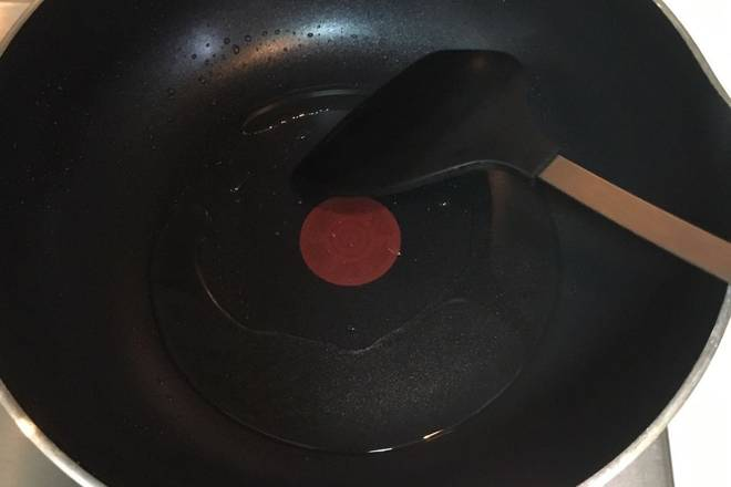 Home Cooking Recipe: Heat the wok and pour the oil.