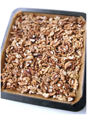 Home Cooking Recipe: [heating walnut method 1: oven] It is recommended not to add anything, put the walnut kernel into the middle layer of 150 degree preheated oven, and bake for 10-15 minutes. It doesn't stick to the bottom, and the baking paper is used to facilitate pouring it into the sugar pot.