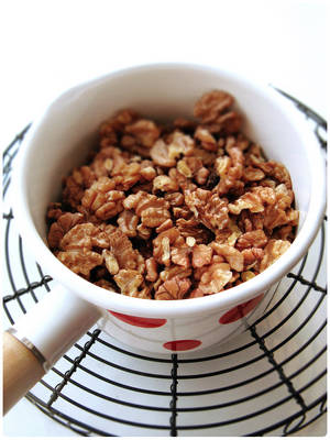 Home Cooking Recipe: [heating walnut method two: stove] is not recommended to cook with water and cook to remove excess water. Or use a cooking oil to open the fire in the pot and slowly fry the walnut.