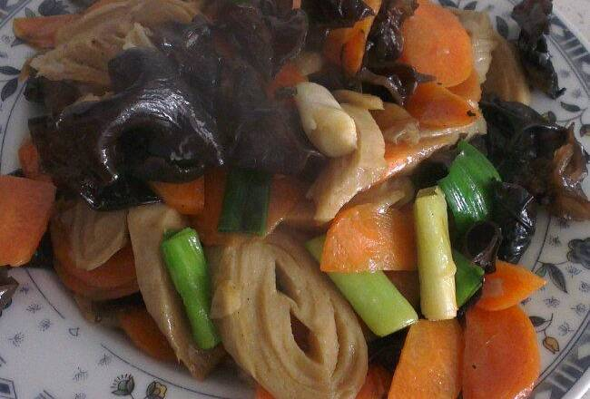 Home Cooking Recipe: Hot oil in the pot, stir-fried with onion ginger, stir fry in carrots, stir fry, fungus, green garlic to 7 mature, stir fry with salt and mix well (also add a few drops of braised soy sauce). Come out!