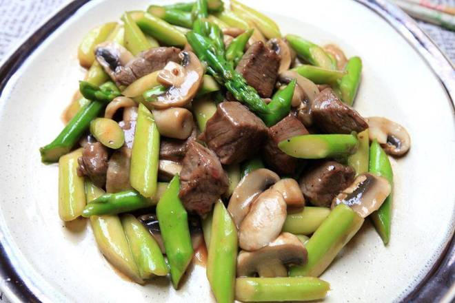 Home Cooking Recipe: Hot pot cold oil, after a little hot, the marinated beef granules slide open, see the beef one color change, then remove the oil from the pot. At this time, the beef is cooked in four or five minutes.