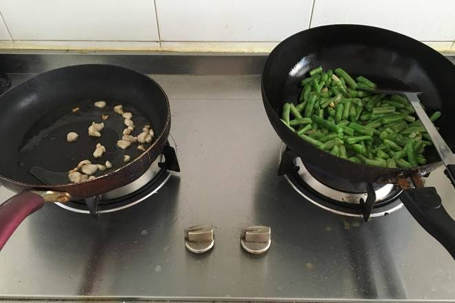 Home Cooking Recipe: I am using two pots at the same time to stir-fried pork and fried beans. I suggest that novices fry the pork and stir-fry the beans.