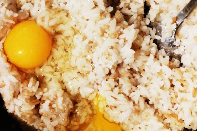 Home Cooking Recipe: I will put the eggs in the cold rice. I like that every rice is stained with egg liquid.