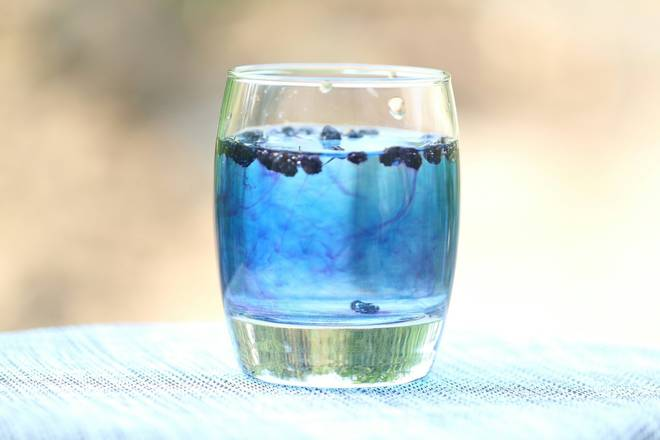 Home Cooking Recipe: If it is alkaline water (tap water), the bubble is blue, if it is acidic water (mineral water), the bubble is purple. After drinking, you can continue to add water until the black scorpion turns into a transparent color. You can also chew the black cockroach directly.